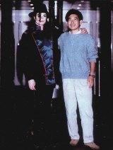 Yu_Suzuki_with_Michael_Jackon_0